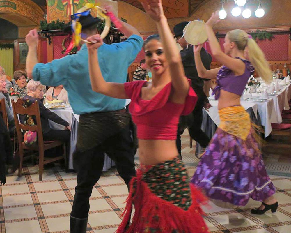 Viatges en grup, sopar amb folklore hongarès, ball, música, Mitic Viatges