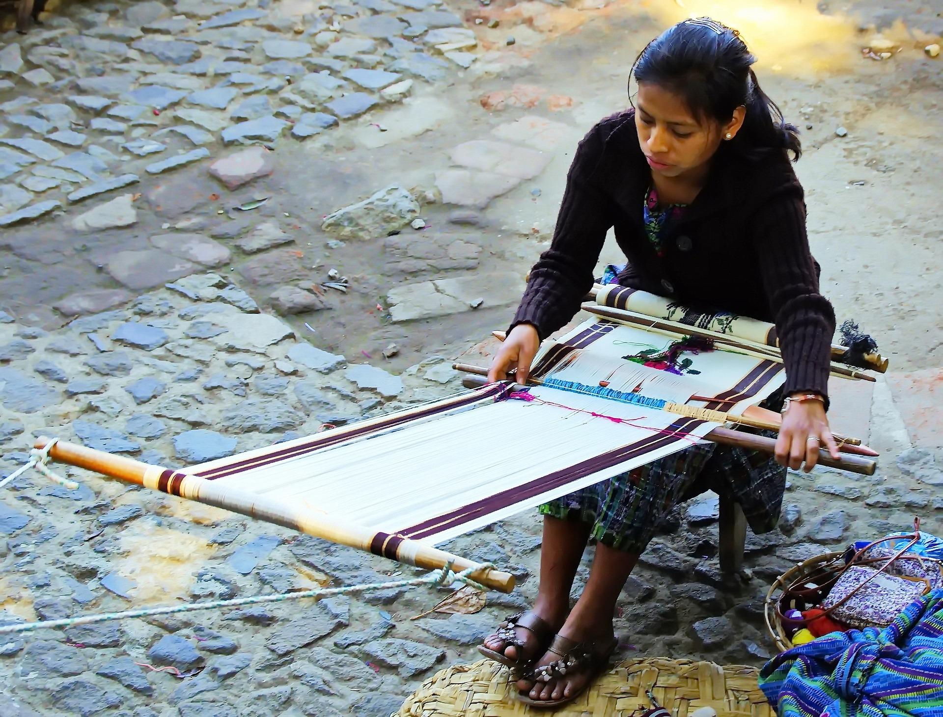 Noia teixint a Guatemala